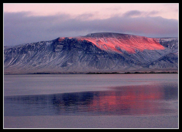 The last rays of the setting sun color Mount Esja on a cold winter day - image gratuit #280765