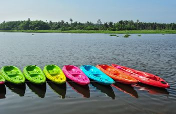 Colorful kayaks docked - image #301655 gratis
