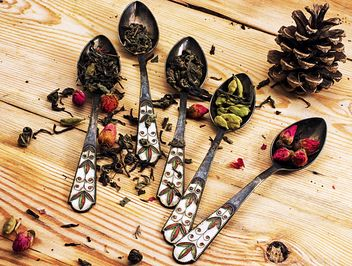 Dry tea, cardamom and small roses in spoons - Free image #302025