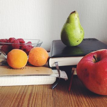 Fruits and notebooks - image gratuit #303325
