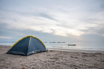 Tent on the beach - image #303755 gratis