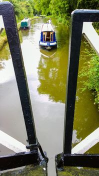 Boater tourist holidaymaker driving steering narrow boat - image #305705 gratis