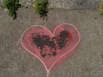 Broken Heart on the Sidewalk - image gratuit #307975