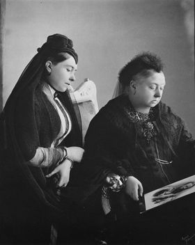 Queen Victoria with Victoria, Princess Royal, when Empress Frederick, 1889 - image #316695 gratis