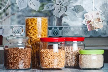 Jars with rice, peas, buckwheat, oatmeal, pasta in the kitchen - image gratuit #327325