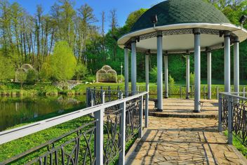Gazebo on the lake in Park - image #328415 gratis