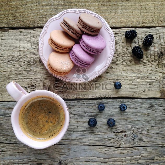 Colorful macaroons, blueberries and blackberries - image gratuit #329125