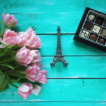 Pink tulips, eifel tower souvenier and chocolate sweets - image #329305 gratis
