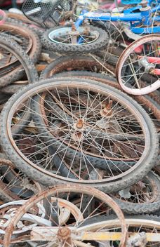 Old bicycle wheels - image #330375 gratis