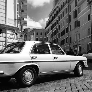 Old Mercedes car in street of Rome - image #331185 gratis