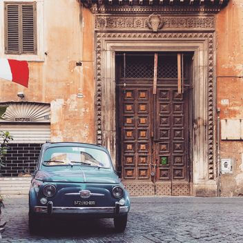 Fiat 500 parked near old building - image gratuit #331905