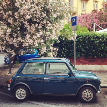 Little retro car in the street - image gratuit #331925