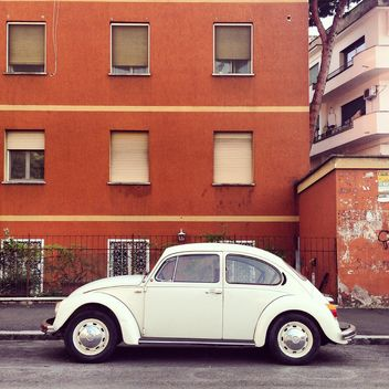 Old Volkswagen car near house - image gratuit #331995