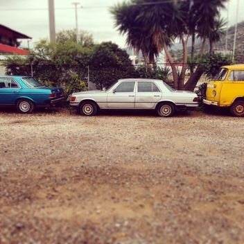 Old cars parked in yard - image gratuit #332035