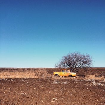 Old yellow car in field - image gratuit #332135