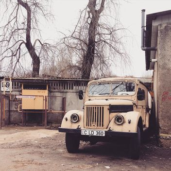 Old truck parked near building - бесплатный image #332145