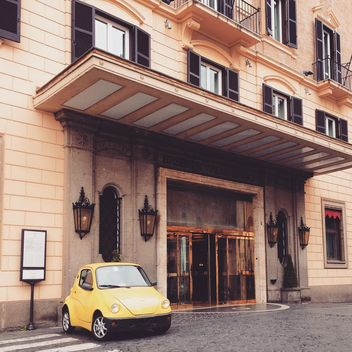 Yellow car near building - image gratuit #332205