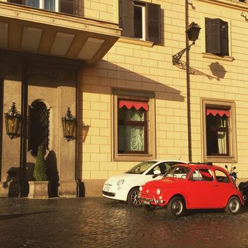 Retro Fiat 500 cars near building - Kostenloses image #332385