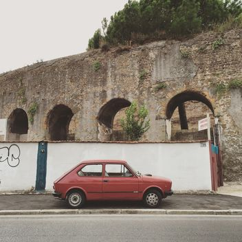 Old Fiat car parked near ancient arch - image gratuit #332395