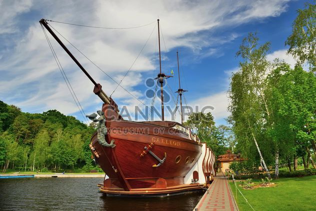 Brown vessel boat moored on river - Kostenloses image #333145