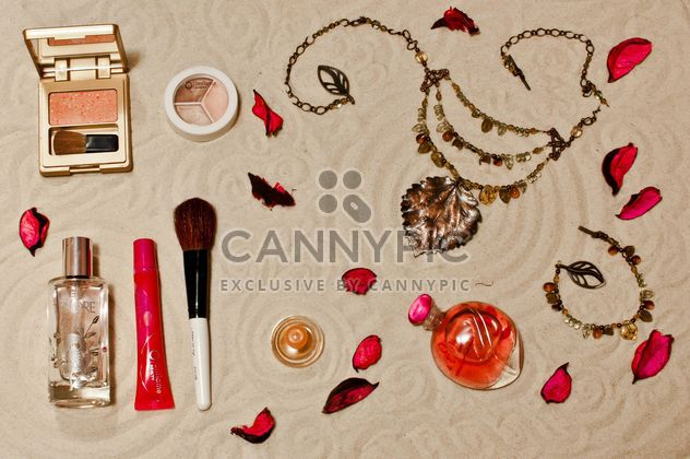 Ccosmetics with the sands background - image #333235 gratis