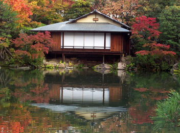 Japan (Kobe-Sorakuen Garden) Tea House and its reflection1 - бесплатный image #334145