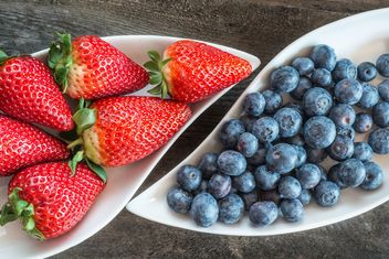 Strawberries and blueberries on plate - бесплатный image #334275