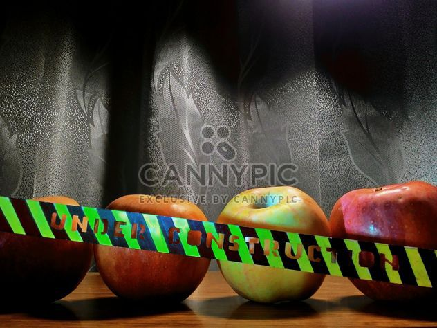 Ripe apples on table - image gratuit #337875
