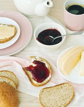 Coffee and bread with butter and jam - бесплатный image #337895