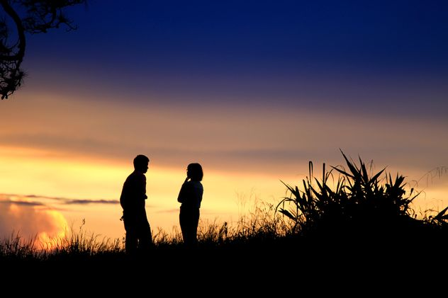 Silhouette of couple at sunset - Kostenloses image #338525