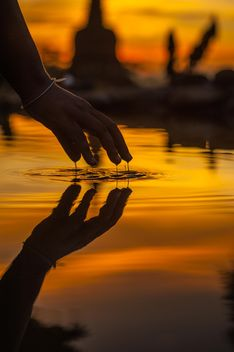 Hand with reflection in water - image #338585 gratis