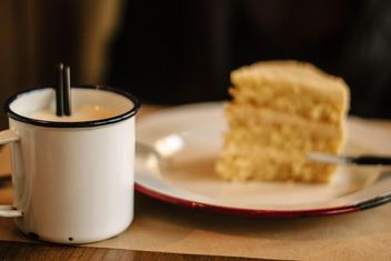 Cup of milk and cake - image gratuit #341335