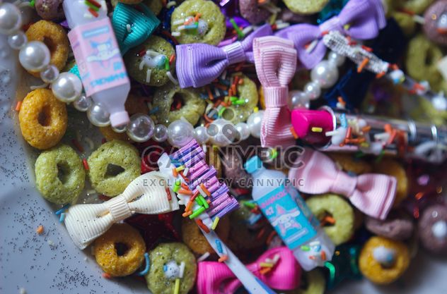 Decorative bows, tinsel and candies on the plate - Free image #342075