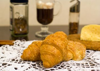 Breakfast with warm croissants and hot cocoa with marshmallows - бесплатный image #343615