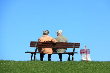 Old couple sitting on a bench - image #344165 gratis