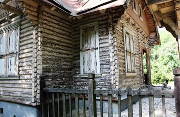 Old wooden house in forest - image #344545 gratis