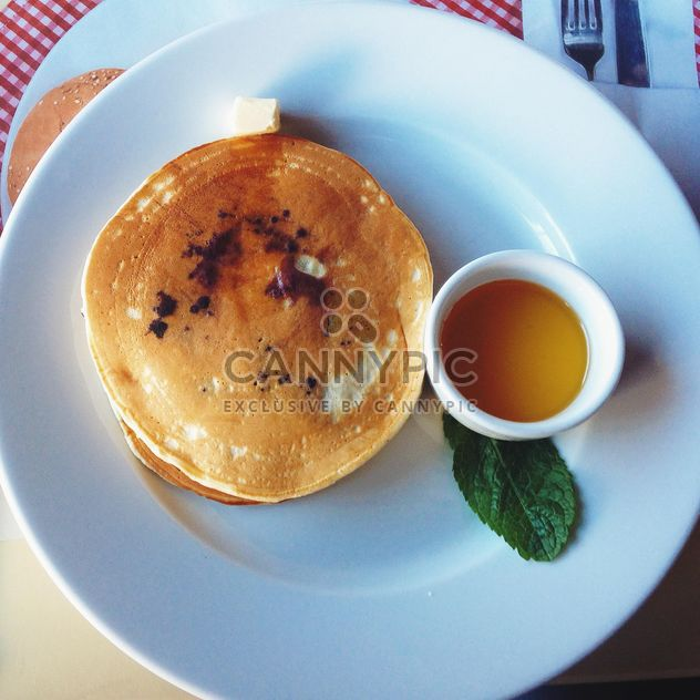 Tasty pancakes with syrup on plate - image #345085 gratis