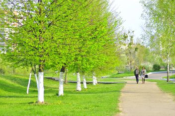 People walking in spring park - бесплатный image #345095
