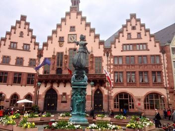Statue of Lady Justice in front of the Romer in Frankfurt, Germany - image #346255 gratis