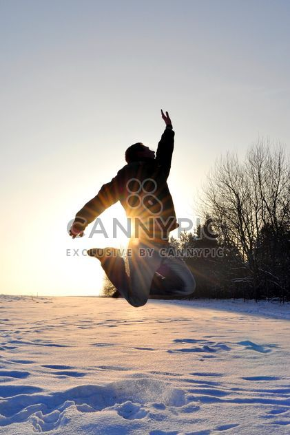 Happy man jumping on snow - image gratuit #346605