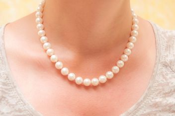 Closeup of female neck in pearl necklace - бесплатный image #346635