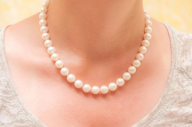 Closeup of female neck in pearl necklace - image #346635 gratis