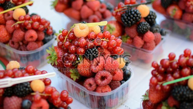 Fresh ripe berries in plastic containers - Kostenloses image #348405