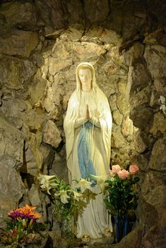 Virgin Mary statue and flowers - image #348415 gratis