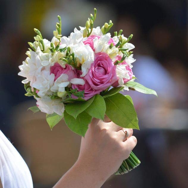 Wedding bouquet in bride's hand - бесплатный image #348575