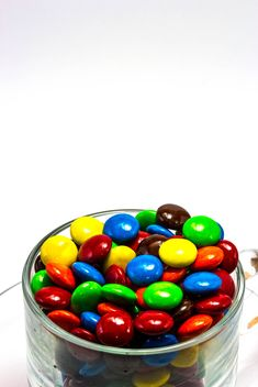 A cup of multi color chocolate candy - image gratuit #439045