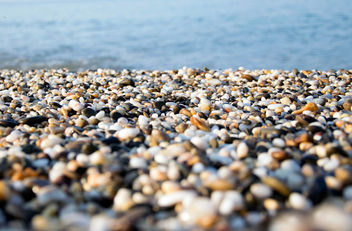 A beach of colourful pebbles at the shore of Black Sea, in Evpatoriya, Crimea - image #448055 gratis