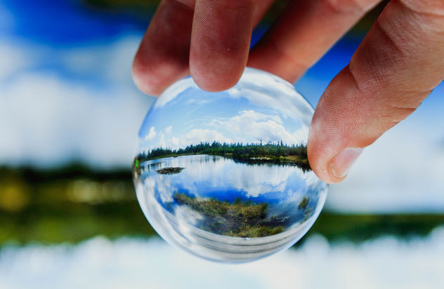 Lake reflected in glassball - image #450085 gratis