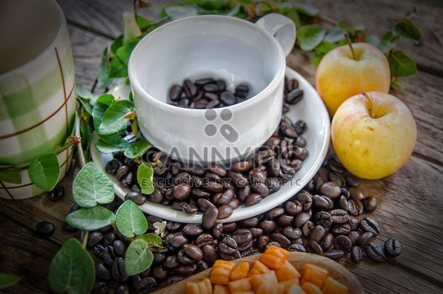 Tableware, coffee beans and apples - image gratuit #452405