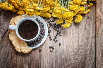 Cup of coffee with crackers, coffee beans and flowers - бесплатный image #452435